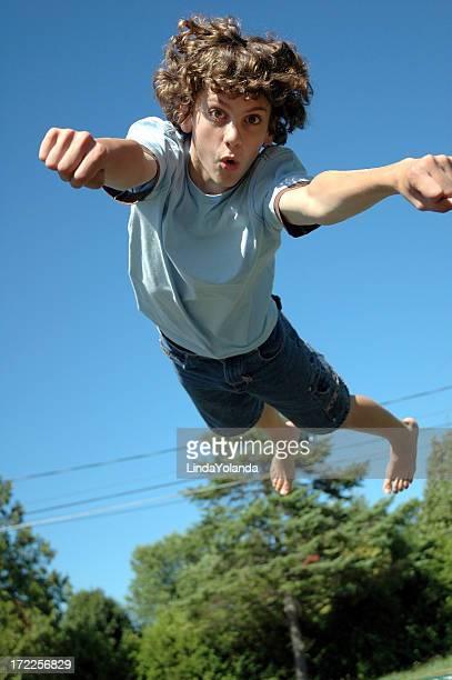 Garçon de saut sur Trampoline