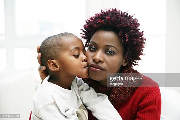 Junge Küssen seine Mutter