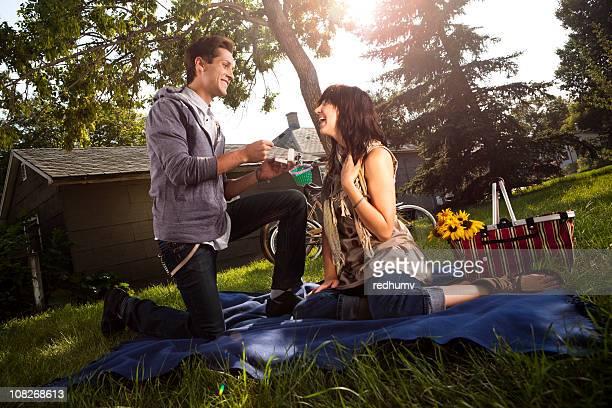 Boy Arrodillarse y propone Girl