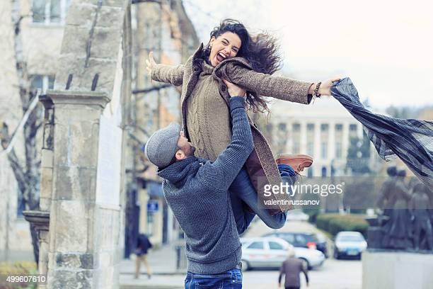 Junge Mädchen heben Ein Schal in der Luft