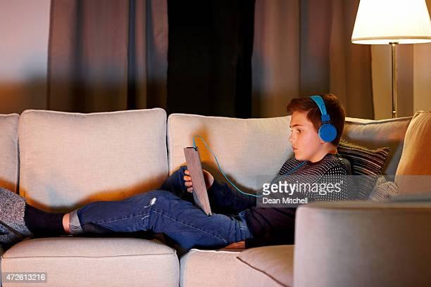 Junge lauschen Sie der Musik von digital tablet