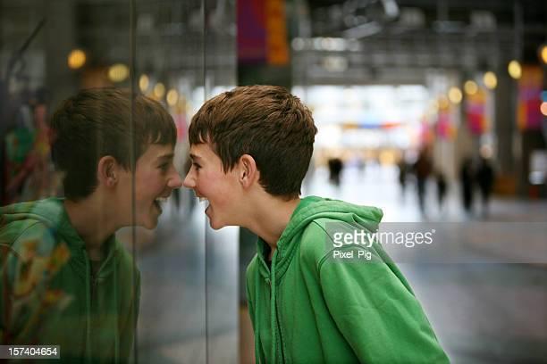 Junge auf der Suche in einem Store Window an der Mall