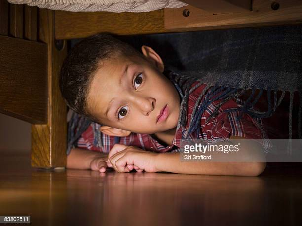 Junge Blick unter Bett