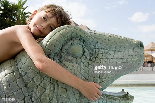 Petit garçon allongé sur un crocodile