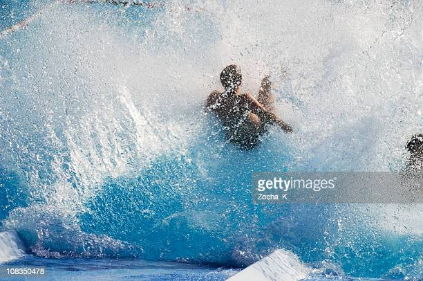 Petit garçon dans la piscine splash