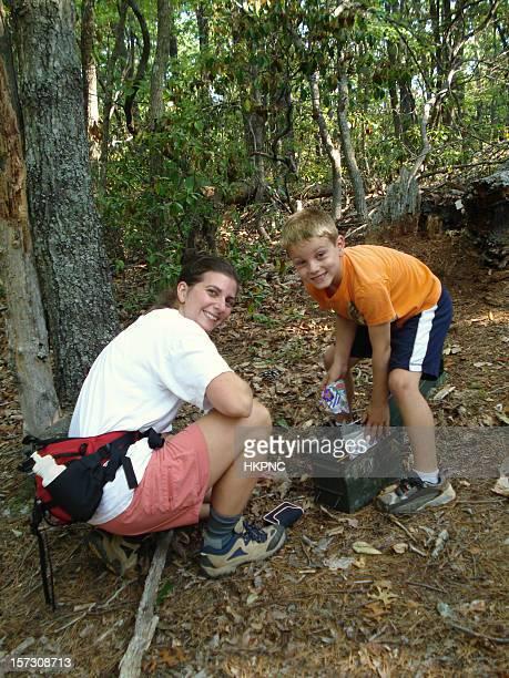 Junge & Mutter (Familie) Geocaching in den Wald.