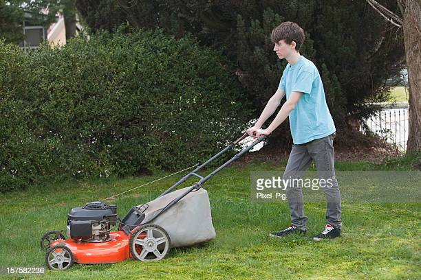 Junge Mows der Front Lawn - 1