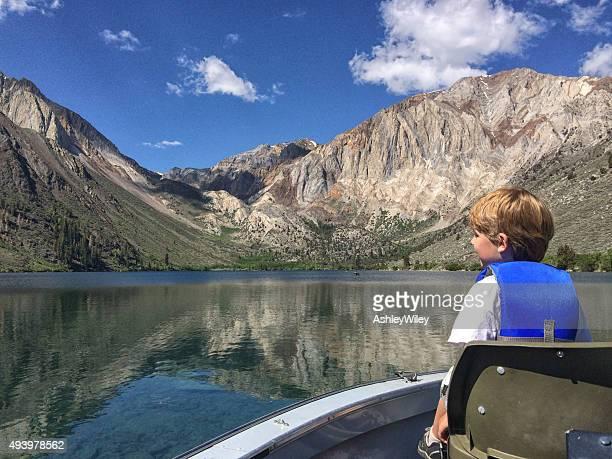 Garçon sur un bateau dans les montagnes