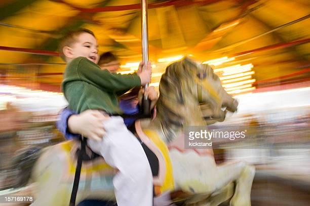 Un garçon sur un manège avec motion blur