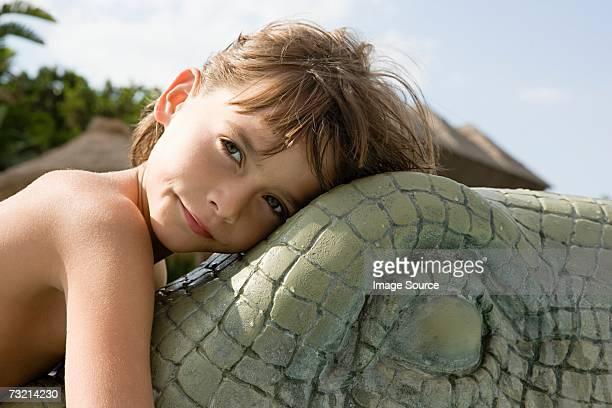 Garçon sur un modèle de crocodile
