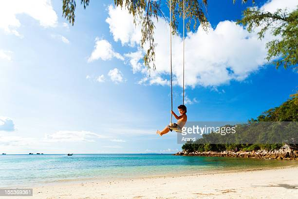Junge auf eine Seilschaukel