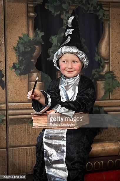JUNGEN (3-5) auf der Bühne in wizard Kostüm, wegsehen, Lächeln