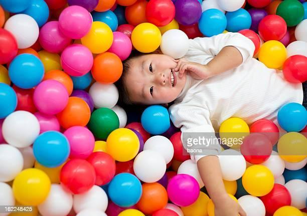 Niño en las pelotas
