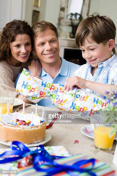 Garçon ouverture de son cadeau d'anniversaire, munich, Allemagne