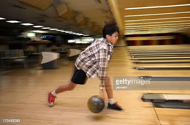 Jungen spielen Bowling