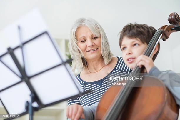 Junge spielt cello