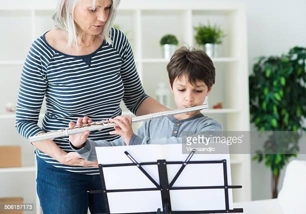 Petit garçon jouant la flûte