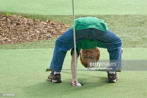 Junge golf spielen