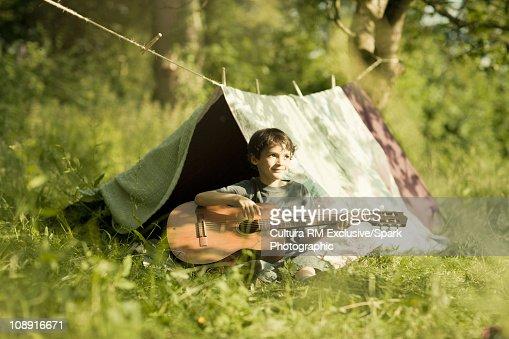 Boy playing guitar : Stockfoto