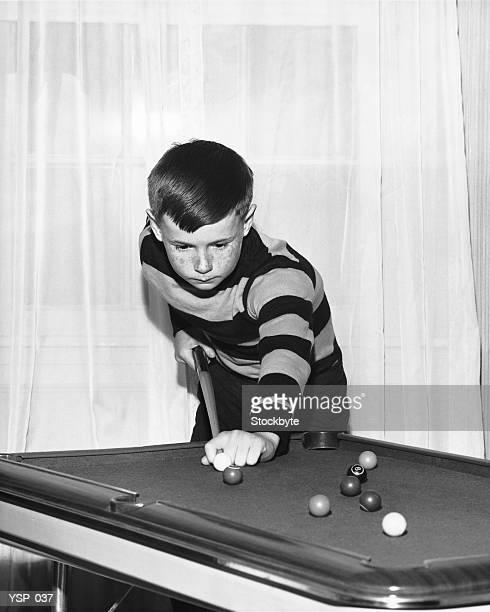 Ragazzo giocando piscina