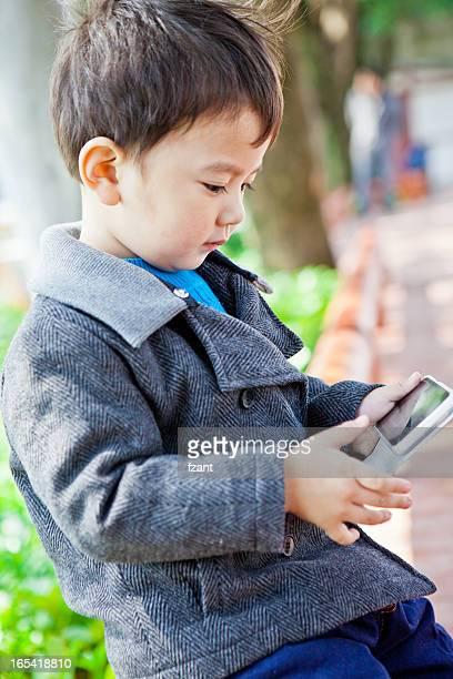 Junge spielt Smartphone