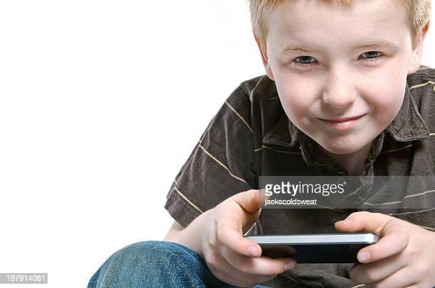 で遊ぶ少年は、ハンドヘルド機器