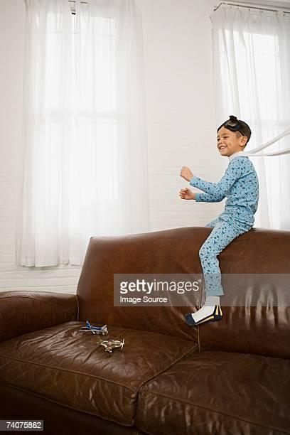 Bambino fingendo di volare