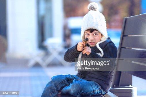 Boy pretending to shoot with gun toy : Foto de stock