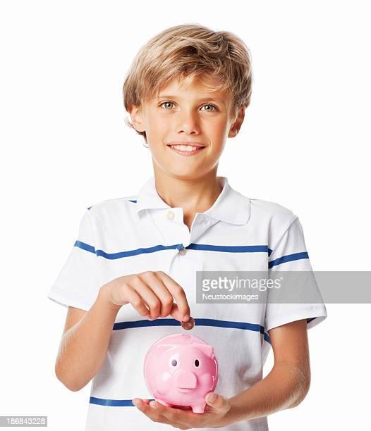 Ragazzo mettere monete in un Salvadanaio a porcellino-isolato