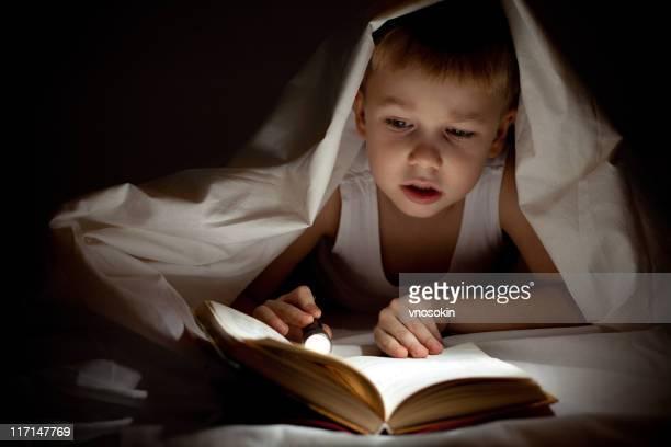 少年ベッドの中で読書