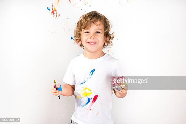 Garçon montrant ses mains de peinture colorées sur