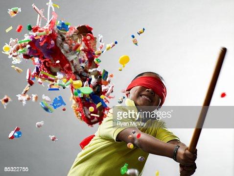 Junge lächelnd nach schlagen Piñata