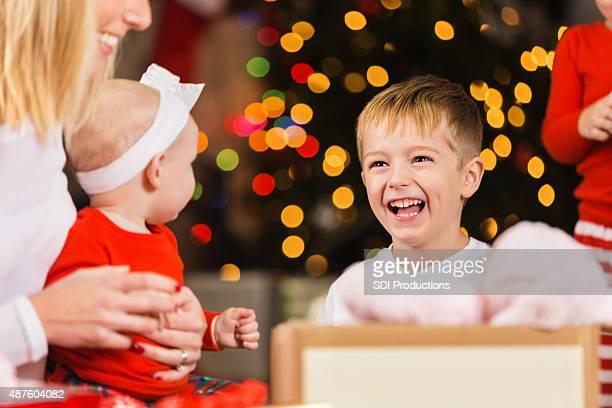 Junge lächelnd während die Sortierung Geschenke und Spielzeug für Weihnachten spenden