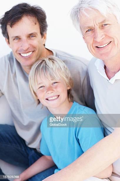 Menino sorridente com pai e Avô
