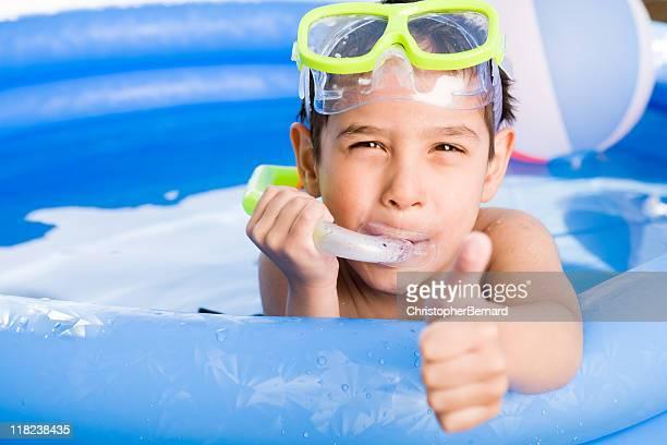 Junge Schwimmen im Freien