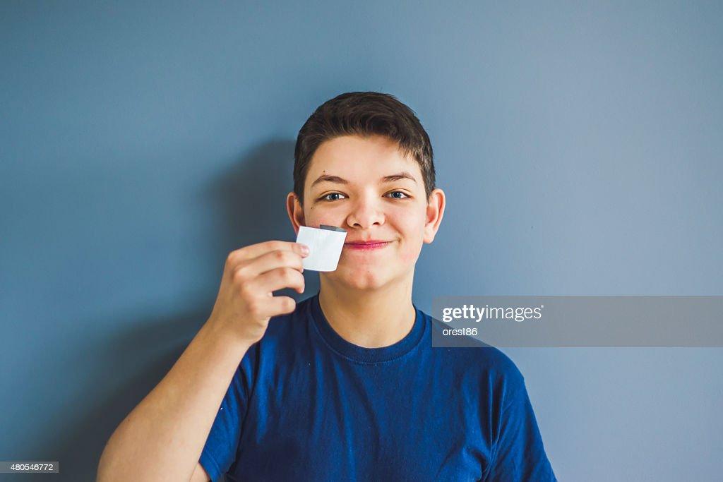 Junge Risse an einem Klebeband aus dem Mund : Stock-Foto