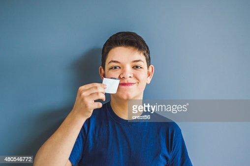 boy lágrimas de una cinta adhesiva de la boca : Foto de stock