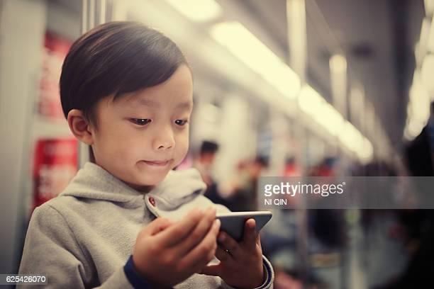 Garçon à l'aide de téléphone mobile intelligent