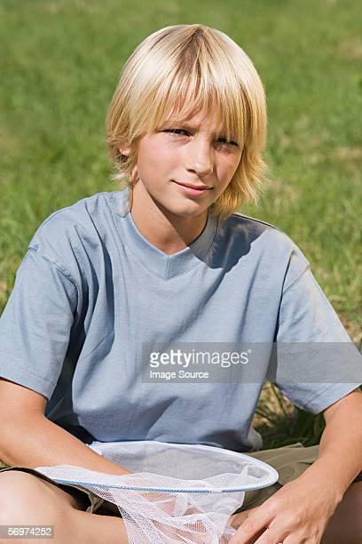 Junge mit einem Schmetterlingsnetz