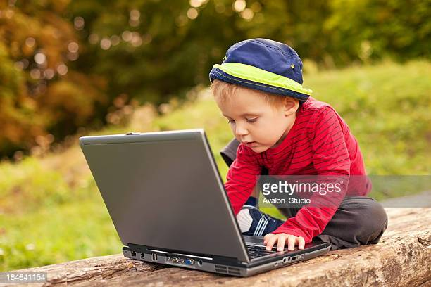 Junge mit einem laptop in den park