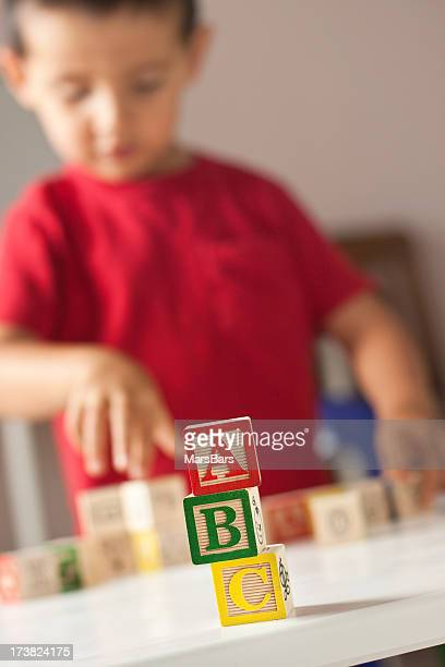 少年、ABC の木製おもちゃブロック