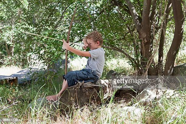 Garçon avec un arc et flèche