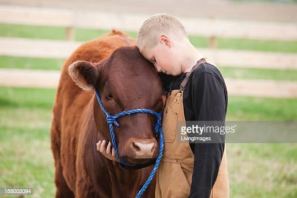 Junge mit seinem Kalbsleder
