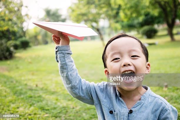 Garçon avec Avion en papier