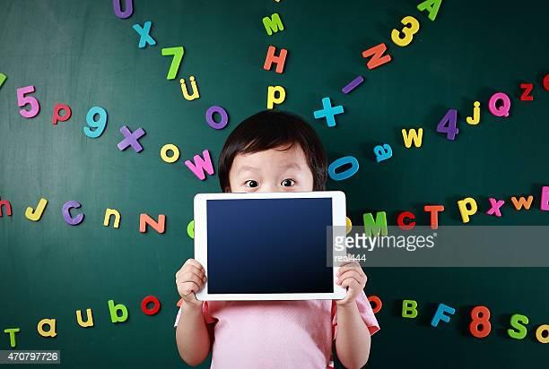Petit garçon avec une tablette