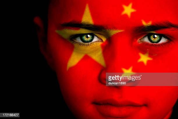 Petit garçon avec le drapeau de la Chine sur son visage peint