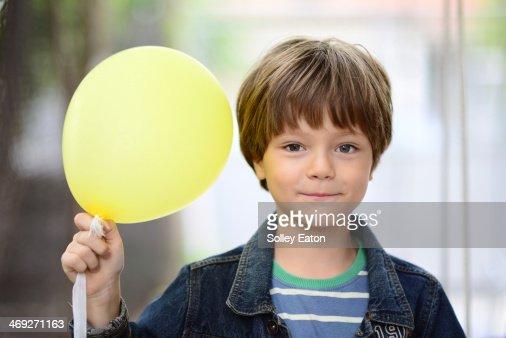 boy with yellow balloon : Foto de stock