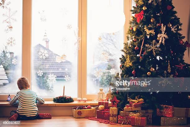 少年は、手紙を書くにクリスマスサンタ
