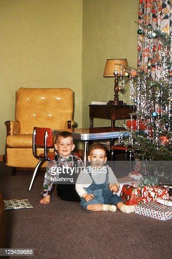 男の子クリスマスツリーとリビングルームには、レトロな 1953 年