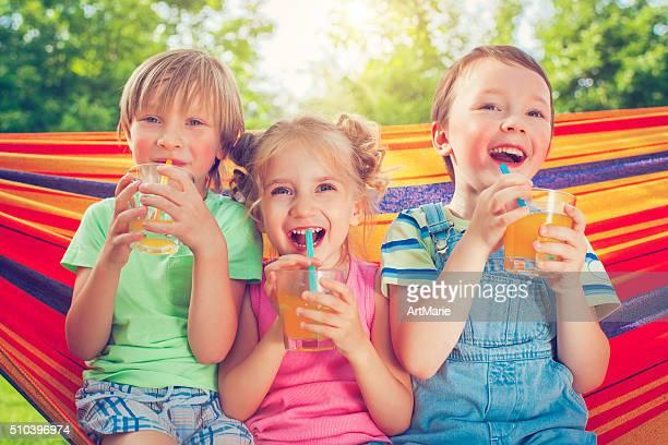 Jungen und Mädchen im Sommer